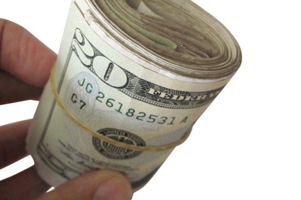 Pieniądze zwinięte w rulon