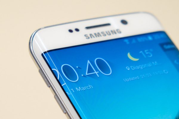 smartfon z zagiętym ekranem