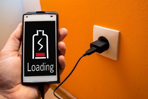 Ładowanie smartfona